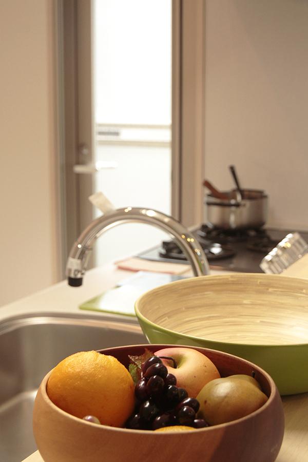 窓から外の光が入り、キッチンの素敵な光景が目に浮かびます_MG_2665s