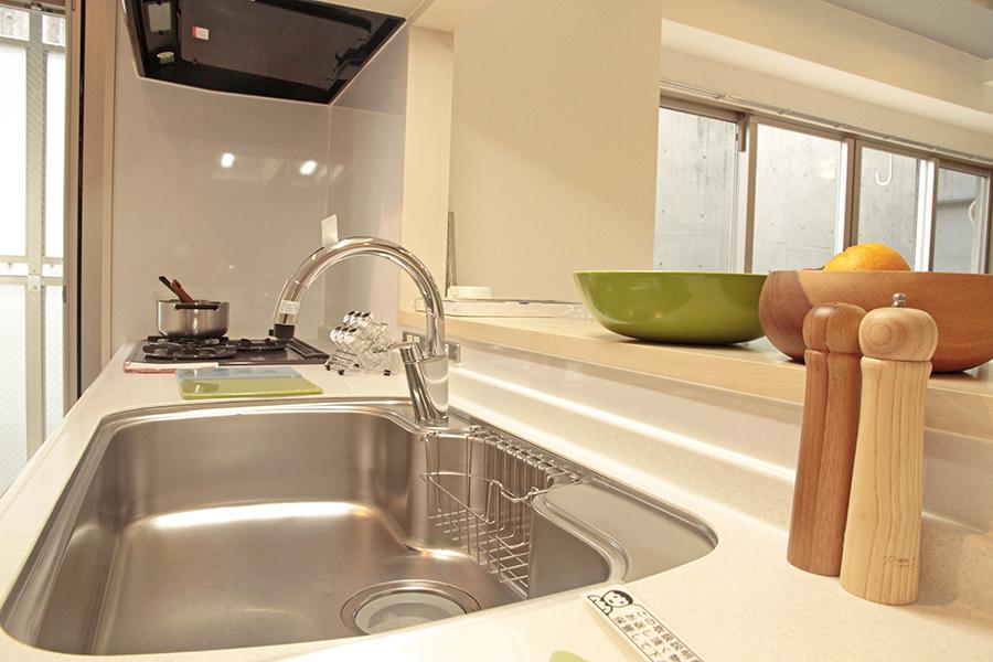 外からの光で明るいキッチンは、広くて使いやすいです。