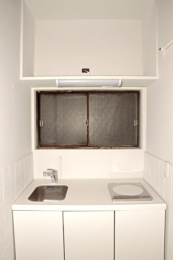 真っ白なキッチンは清潔感を漂わせます。