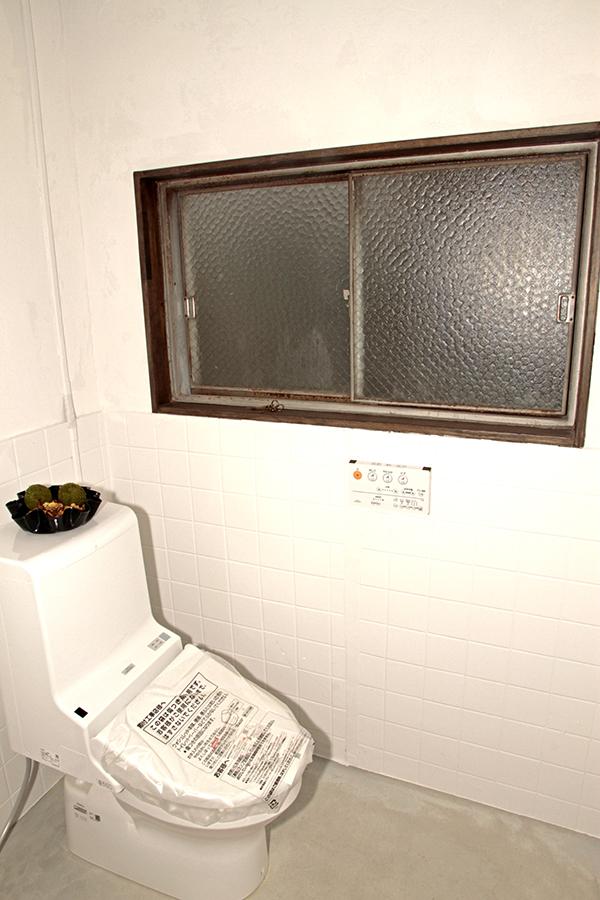 白に囲まれた真新しいトイレはウォシュレット完備です。