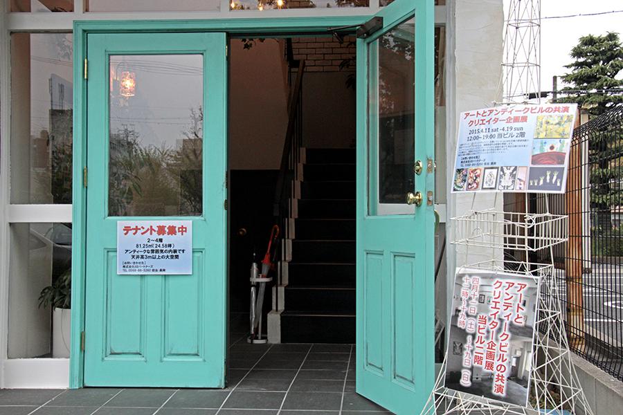 ビルの入り口は、鮮やかなグリーンです_MG_5595s