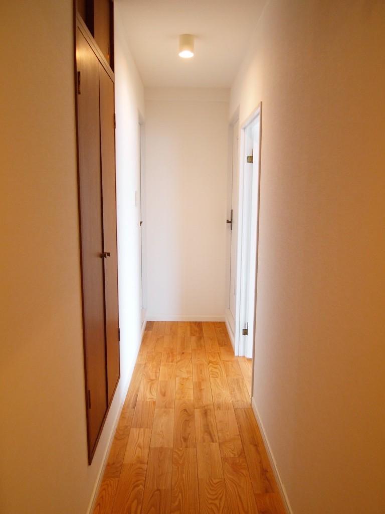 4F号室の廊下クロークは開き戸OLYMPUS DIGITAL CAMERA