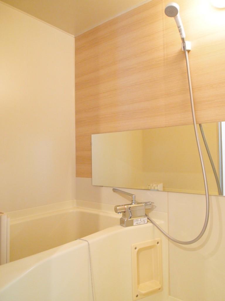お風呂のパネルも木目調。OLYMPUS DIGITAL CAMERA