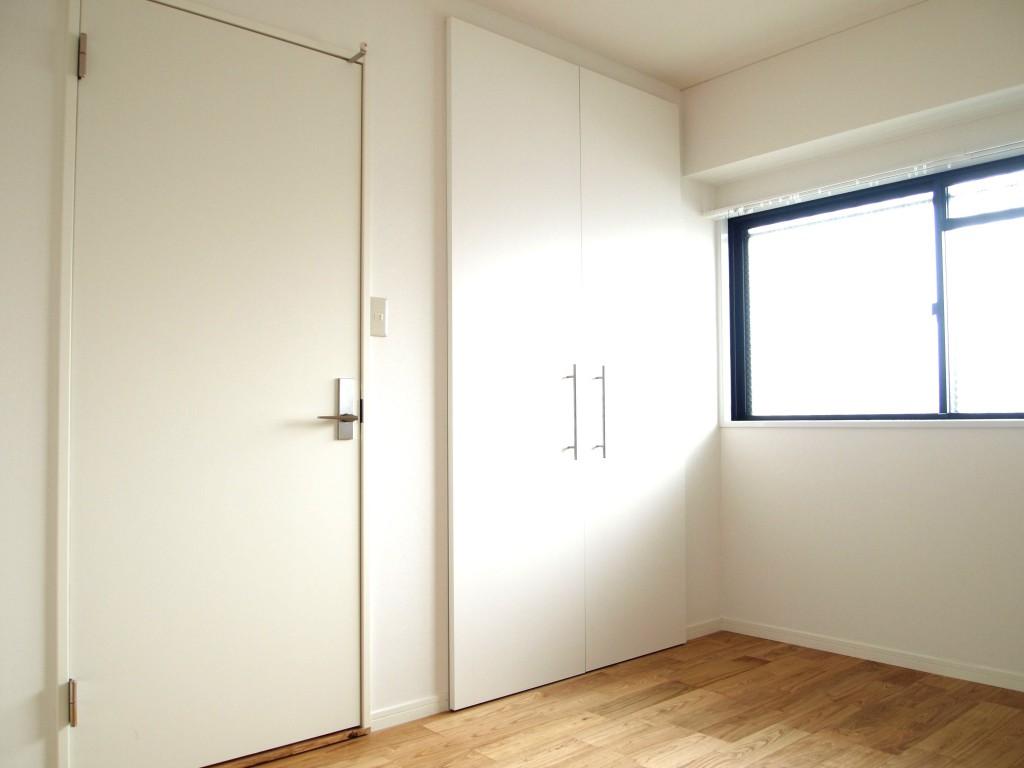 白い壁とクローク、無垢材の床OLYMPUS DIGITAL CAMERA