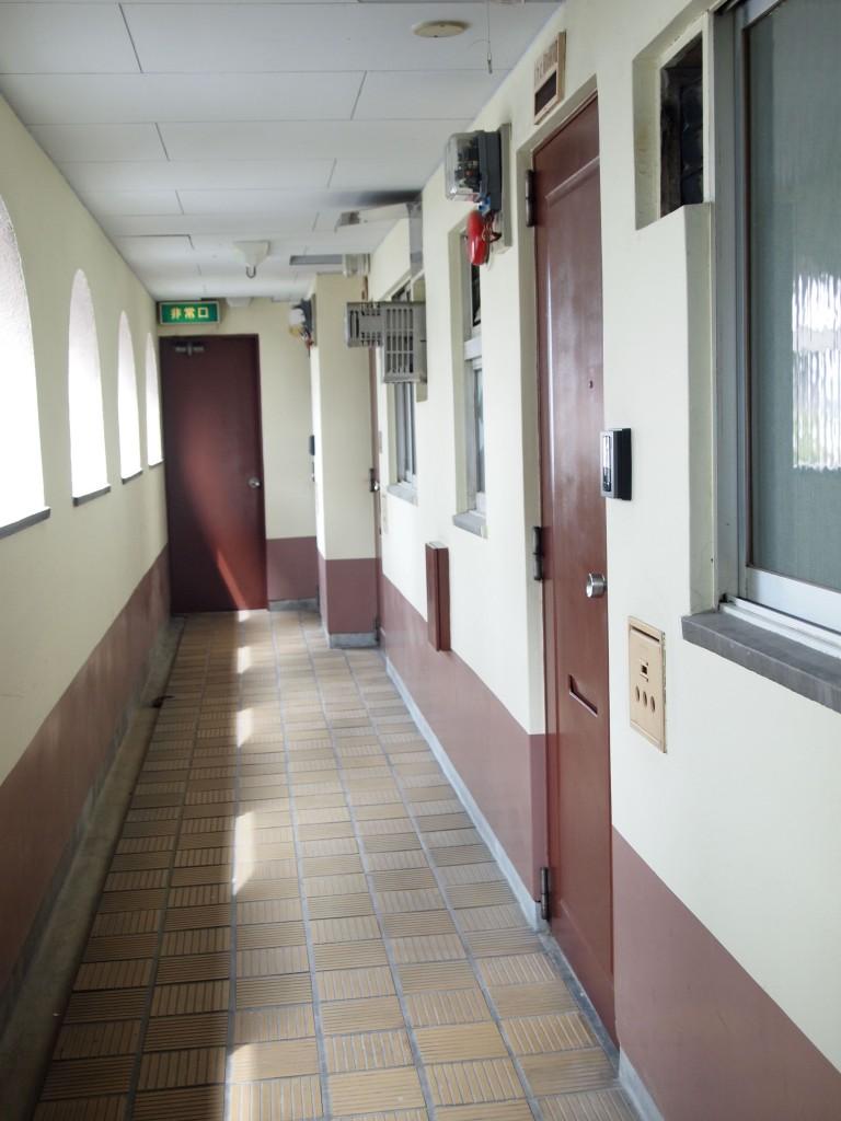 玄関外はL字の廊下になっています。