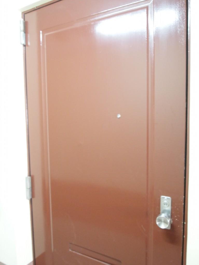 玄関ドアはレトロなえんじ色。