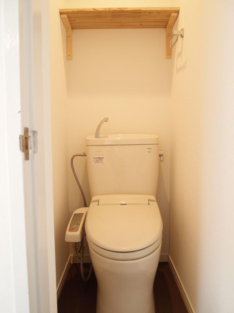 綺麗なトイレには棚もついています。