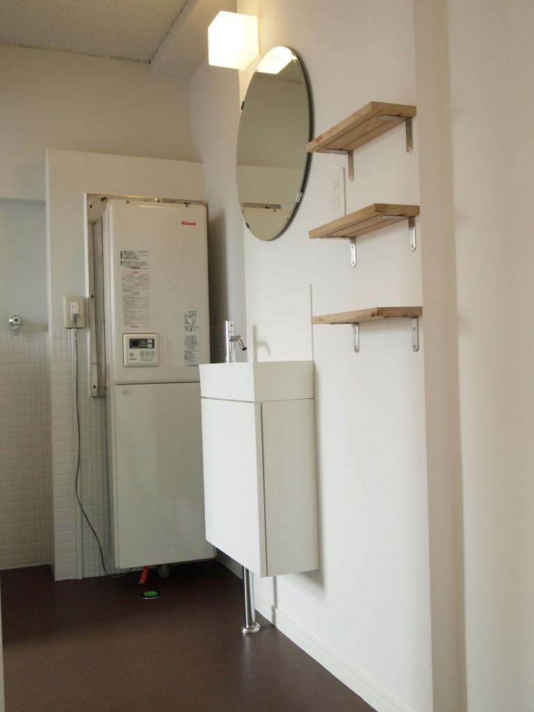 キッチン右手を出るとそこにはすぐ洗面があります。