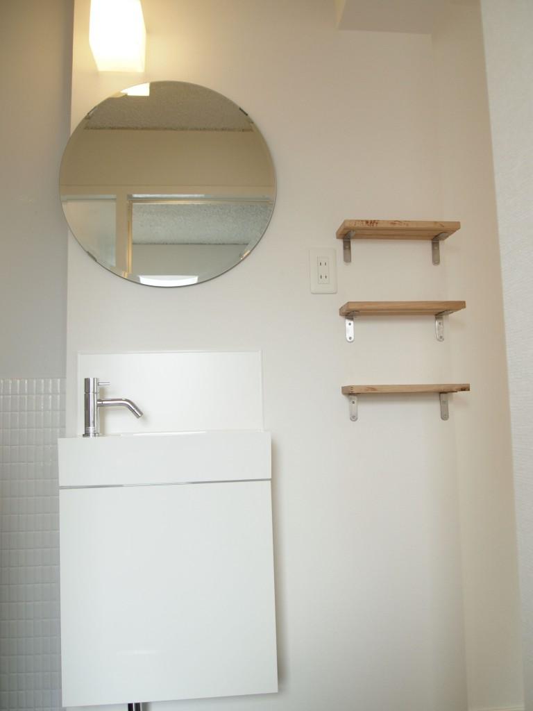 丸い鏡がおしゃれ。コンパクトにまとまって良い感じ。