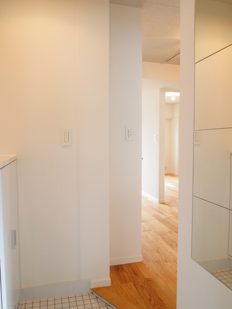 白で統一された、すっきりした玄関。