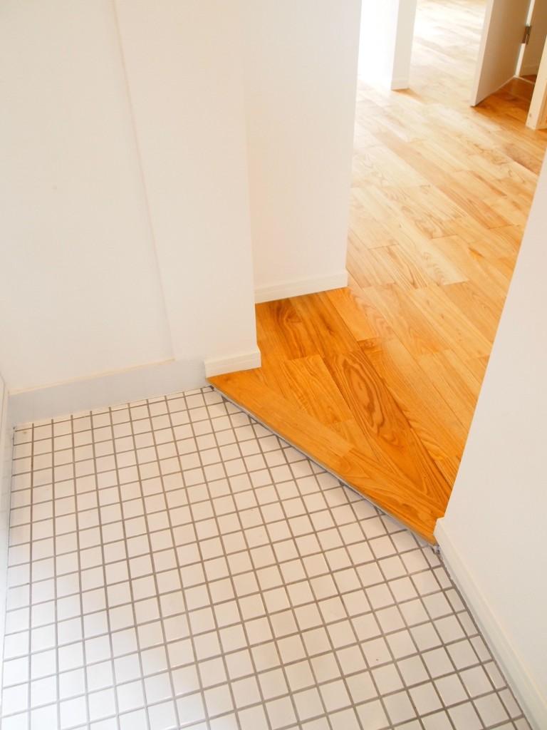 こちらも床がナチュラルなので、木のあたたかみを感じれます。