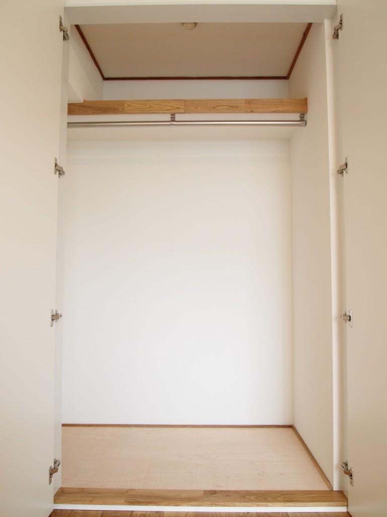 洋室にも広めのクロークがついています。
