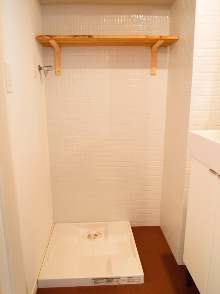 洗濯置き場の上にはナテュラルな棚があります。
