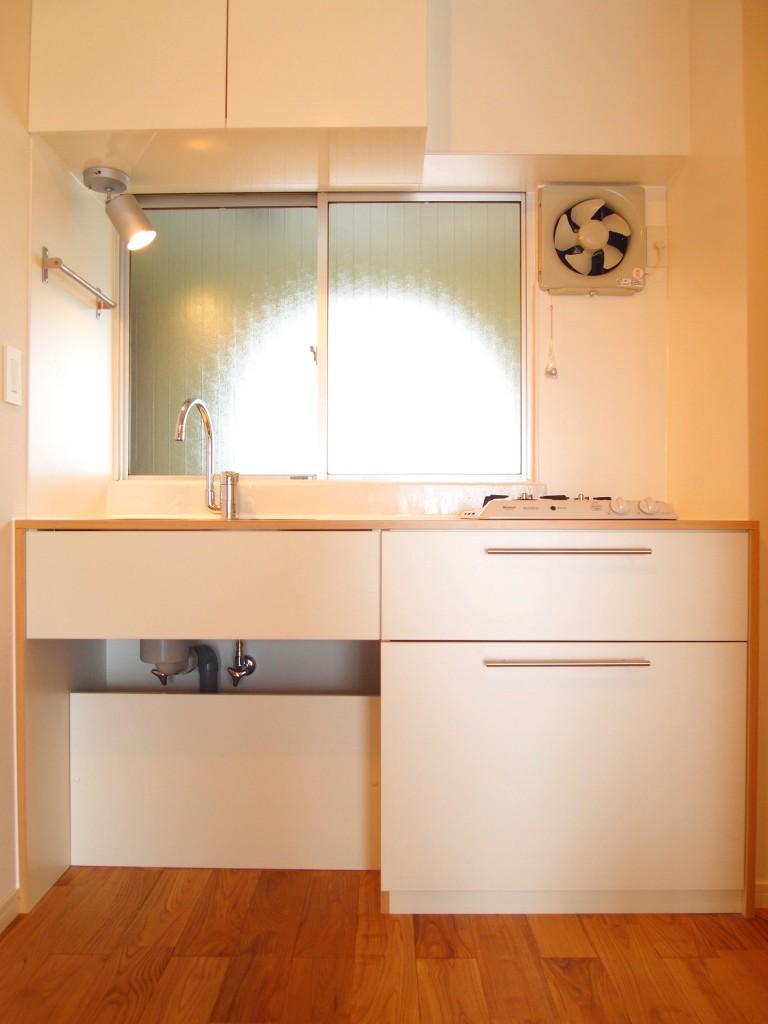 目の前に窓がある、コンパクトにスッキリしたキッチン。