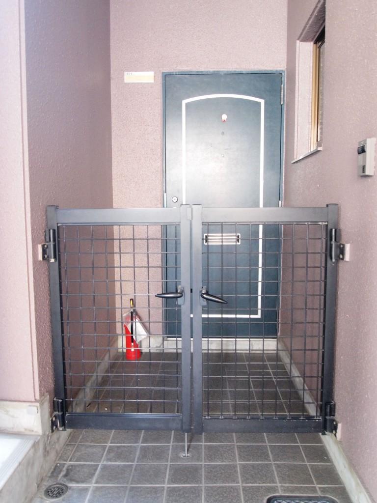 玄関前に柵。防犯面にもしっかり配慮。