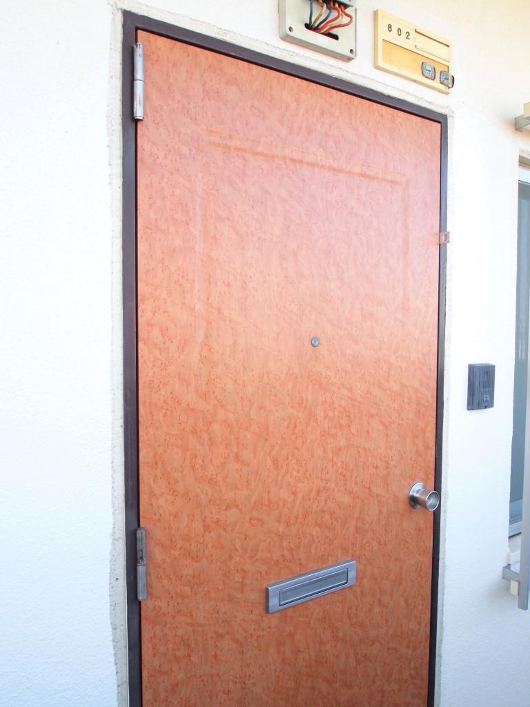 お部屋の玄関はレトロな色です。