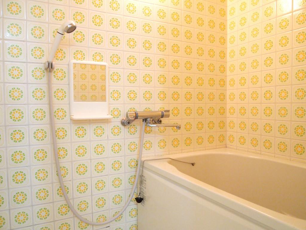 タイル模様がレトロなバスルーム。