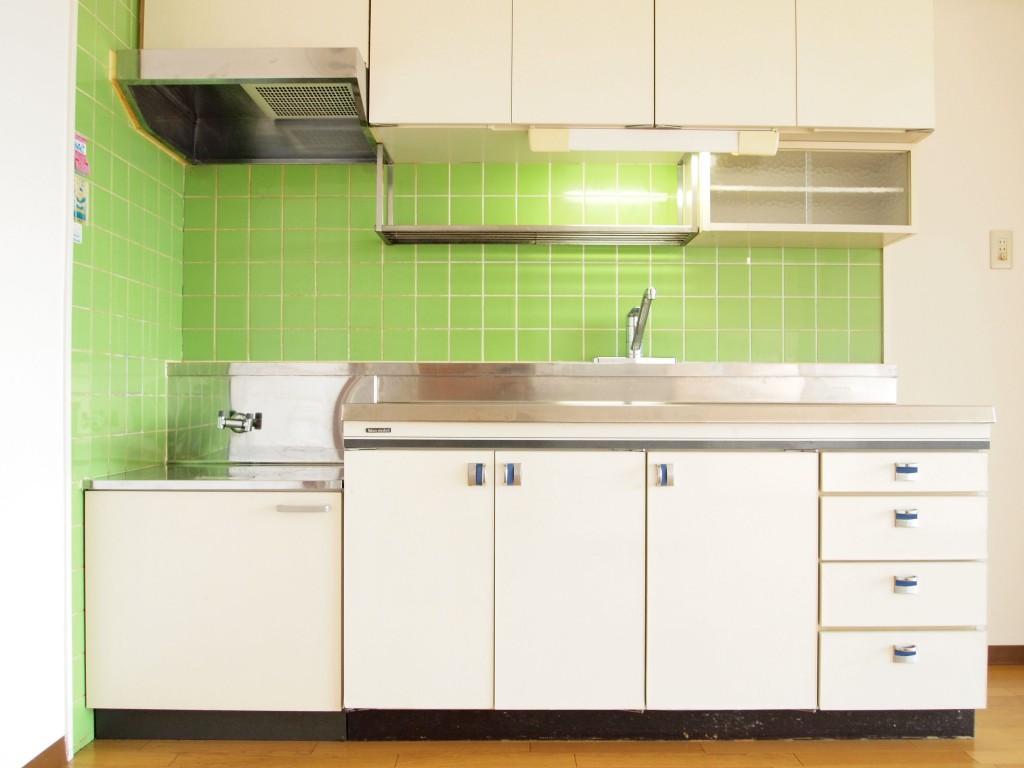 グリーンのタイルが印象的なレトロキッチン。