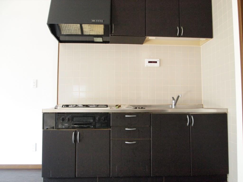 マットなブラックがかっこいい重厚感あるキッチン。