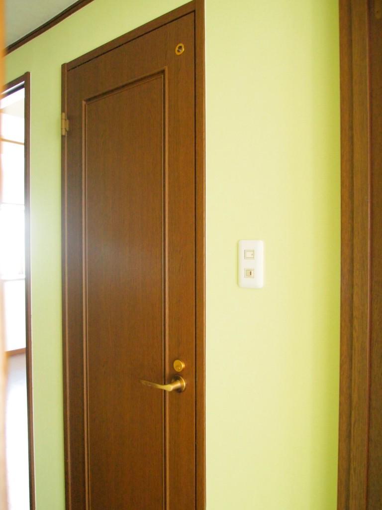 廊下の壁紙は優しいグリーン色。
