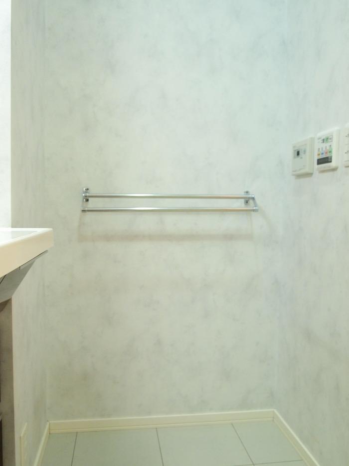 お風呂を出たところの、ありがたい位置にタオル掛けがついています。
