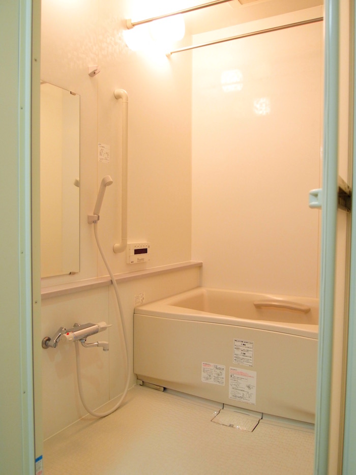 清潔感のあるきれいなバスルーム。