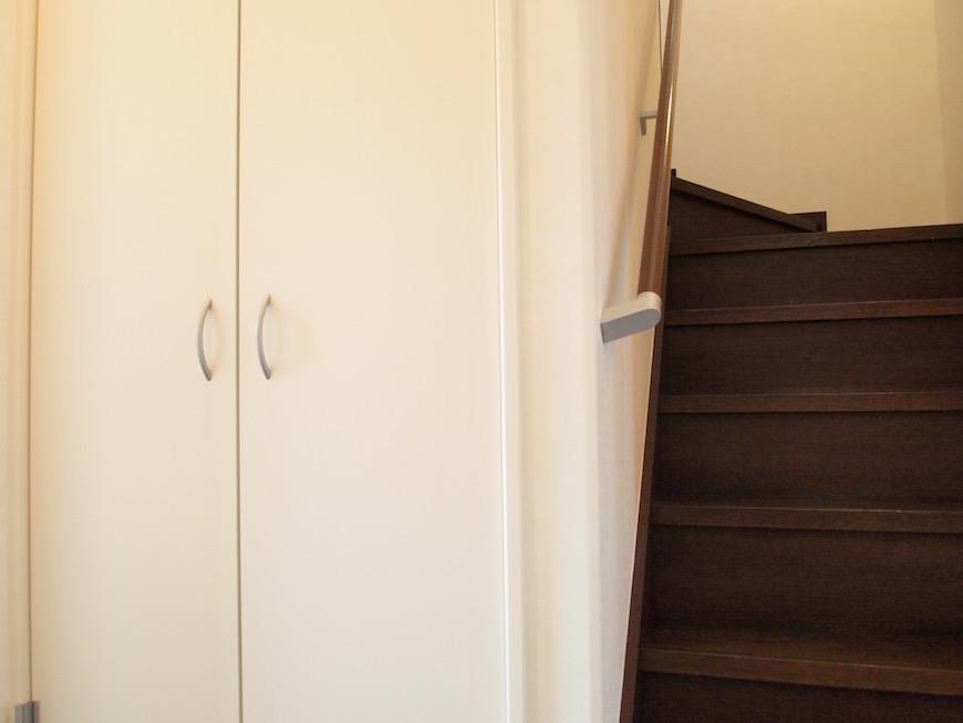 階段の隣には秘密の扉が。
