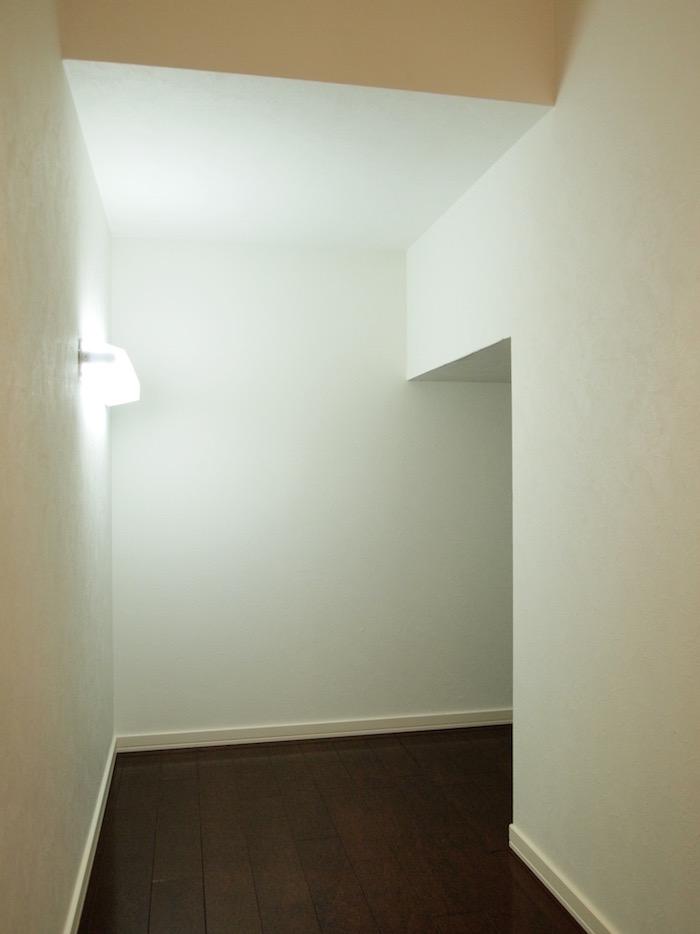 階段下の、大人もかくれんぼできるほどの大収納スペース。