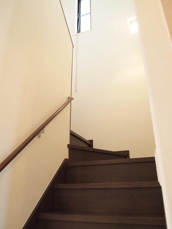 住まいに優しい手摺のついた階段。