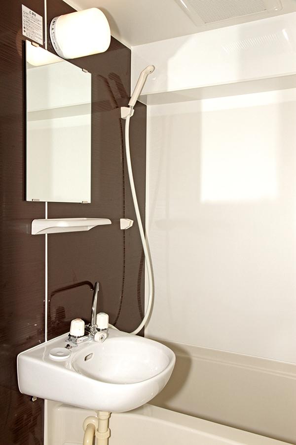 壁の色がシックで、シンプルでキレイなバスルーム_MG_2100s
