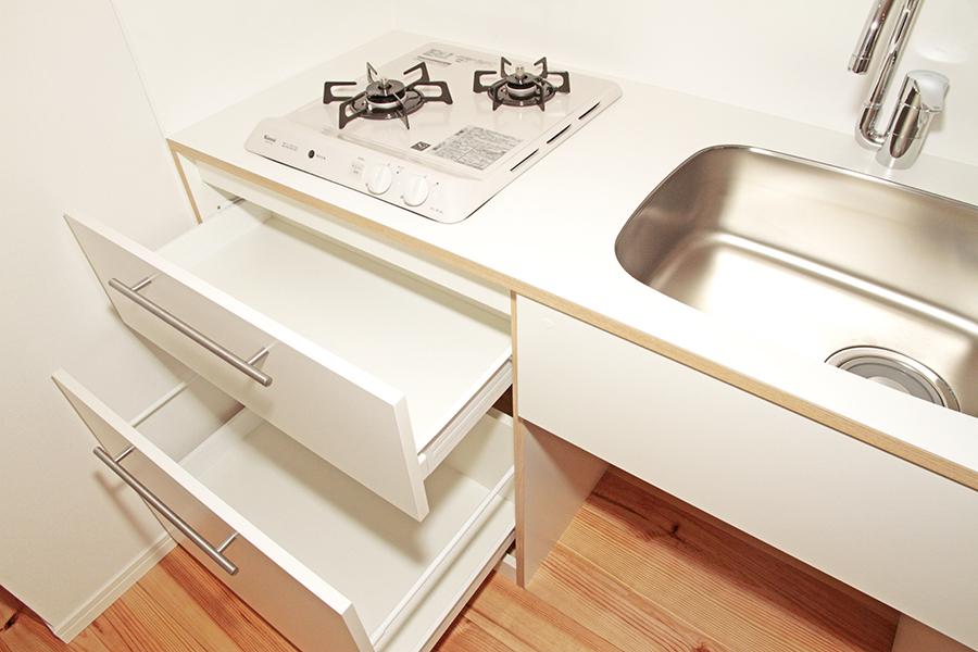 シンプル&コンパクトなキッチン。シンク下の収納にもお気に入りのキッチンツールを_MG_2112s