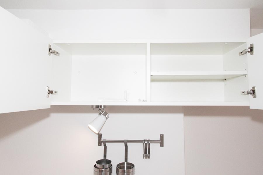 キッチン頭上の棚は一人暮らしには充分な大きさ。買い置きなどはこちらへどうぞ_MG_2292s