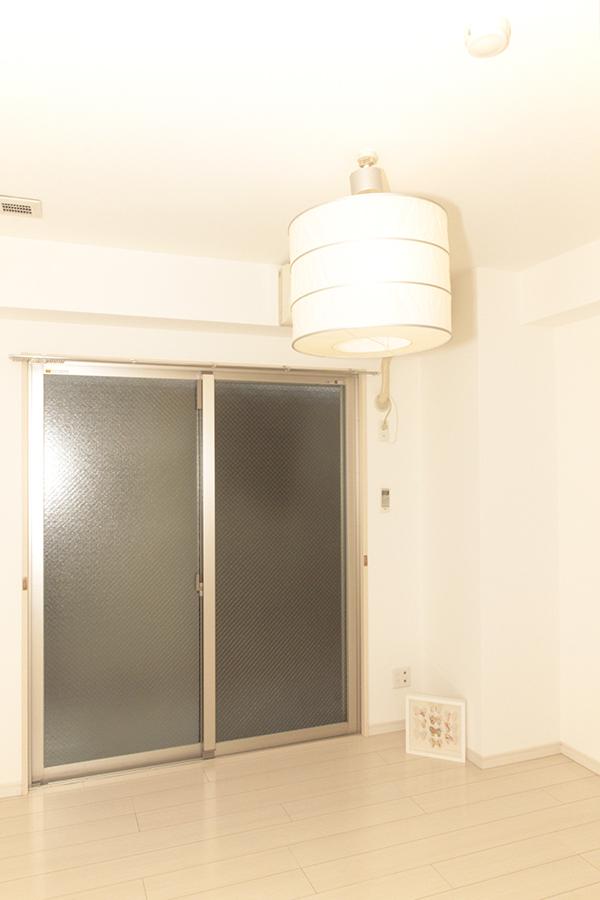 素敵な照明のついた5.9帖の明るい洋室。