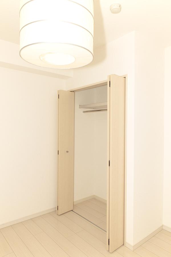 こちらの部屋にも大きなクローゼットがついています。