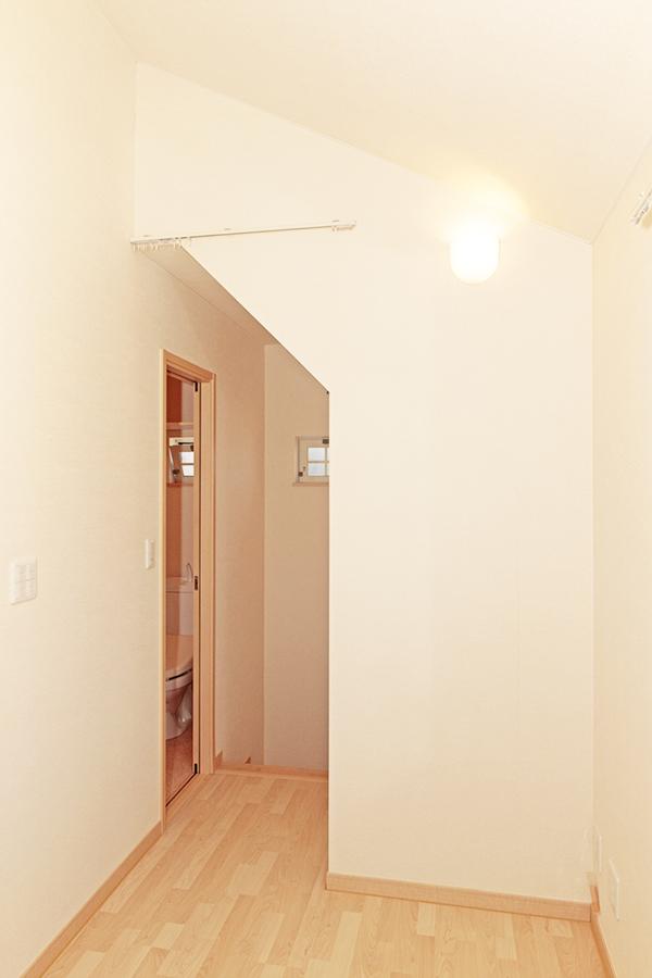 階段から上がった廊下の照明の下には小さなスペースがあります。