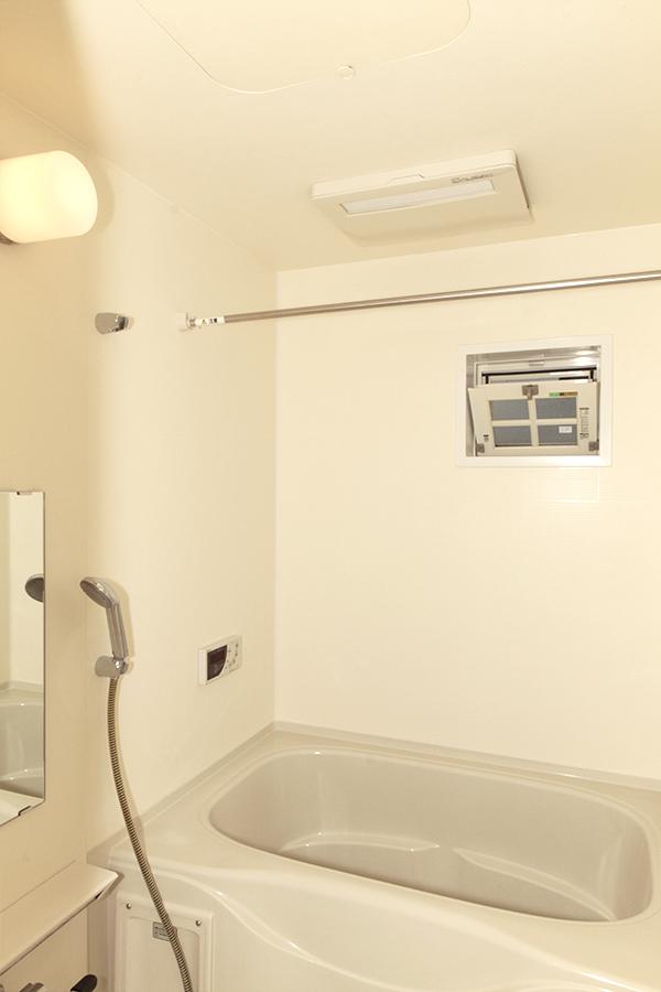 バスルームにも窓があります。換気の心配ナシですね_MG_3151s