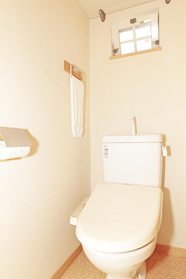 シンプルな清潔感溢れるトイレにはかわいい窓がついています。