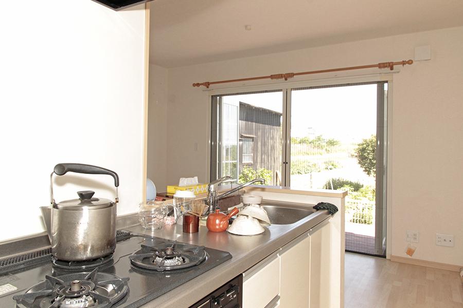 キッチンからみた風景!大きな窓から明るい光が差し込みます。