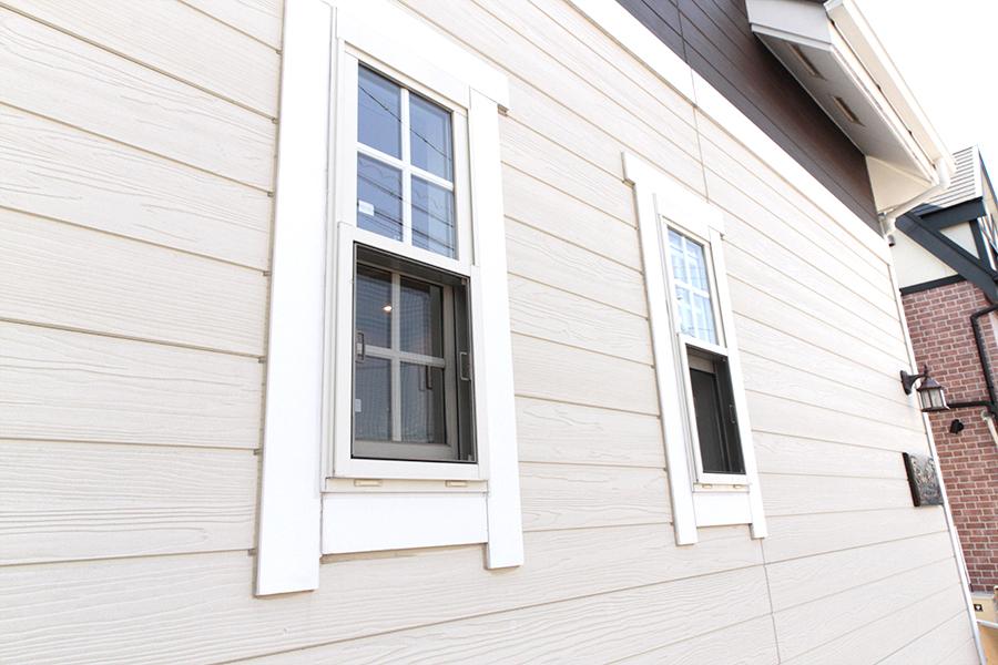 外から見た出窓は、欧米の田舎町にありそうな雰囲気。