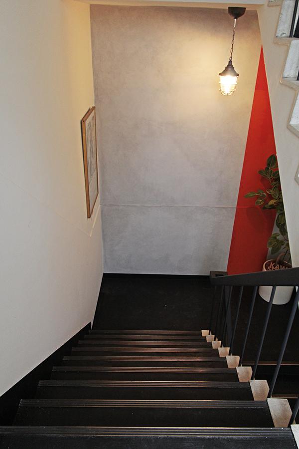 階段の踊り場にはクラシカルなポスターが飾られています。