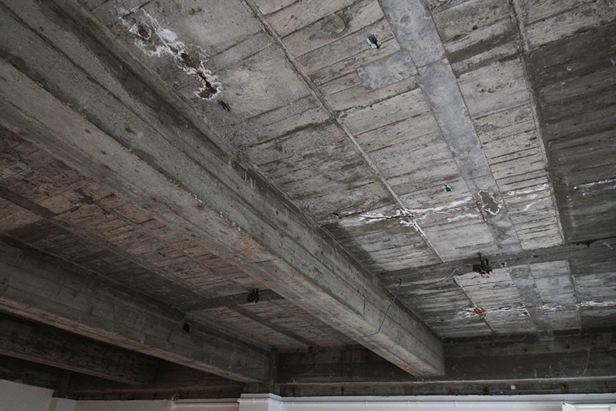 天井を見上げると、当時の木材を利用した名残が随所に残っています。