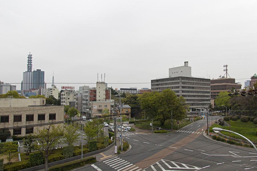 2階窓からの眺め。周辺には愛知県庁や名古屋市役所、高校や医療センターなどなど_MG_5380s