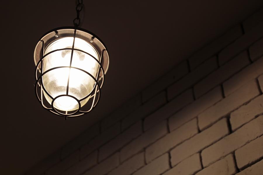 照明が壁とマッチして素敵です。