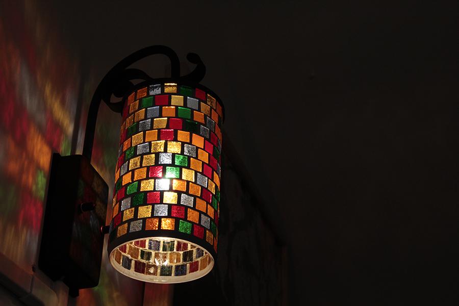 レトロな照明のカラフルな色が反射されてとても綺麗。