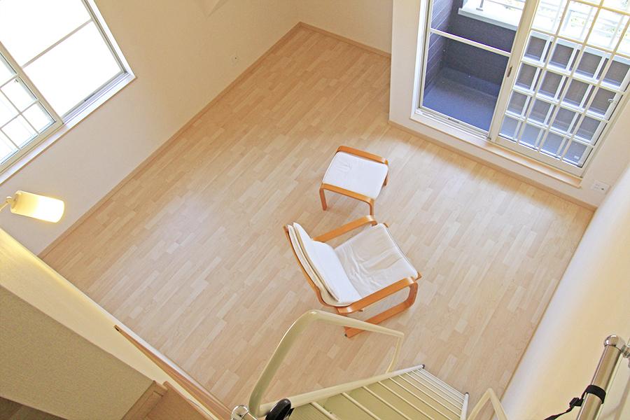 二階の洋室をロフトから眺めた景色です。