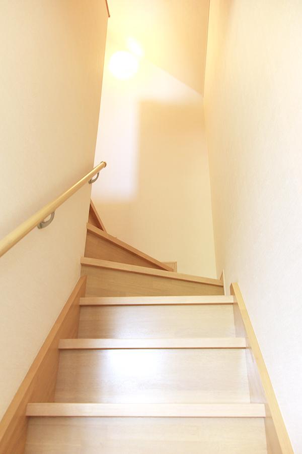 一階から二階への階段には手摺もついているので安心。