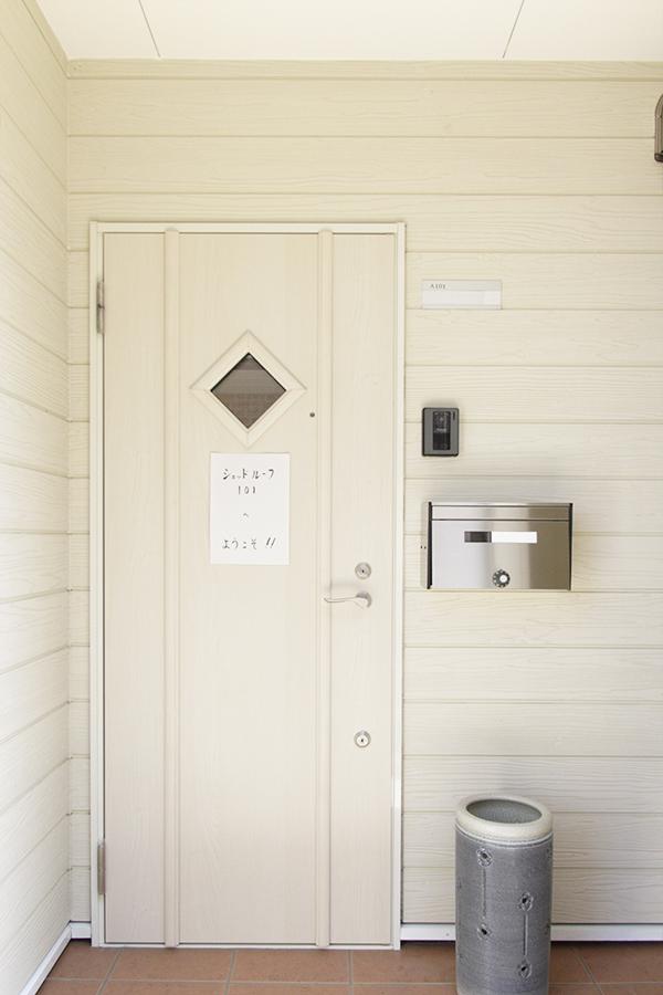 白で統一されたかわいい玄関ドアです。