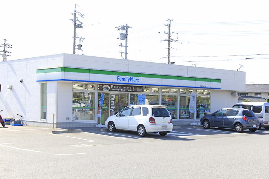 徒歩圏内にスーパーやコンビニ、100円ショップなどがあります_MG_6384s