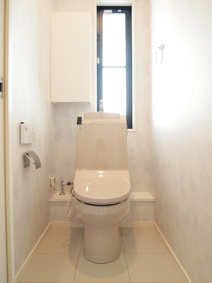 2階のトイレには明るい光が差し込む窓がついています。