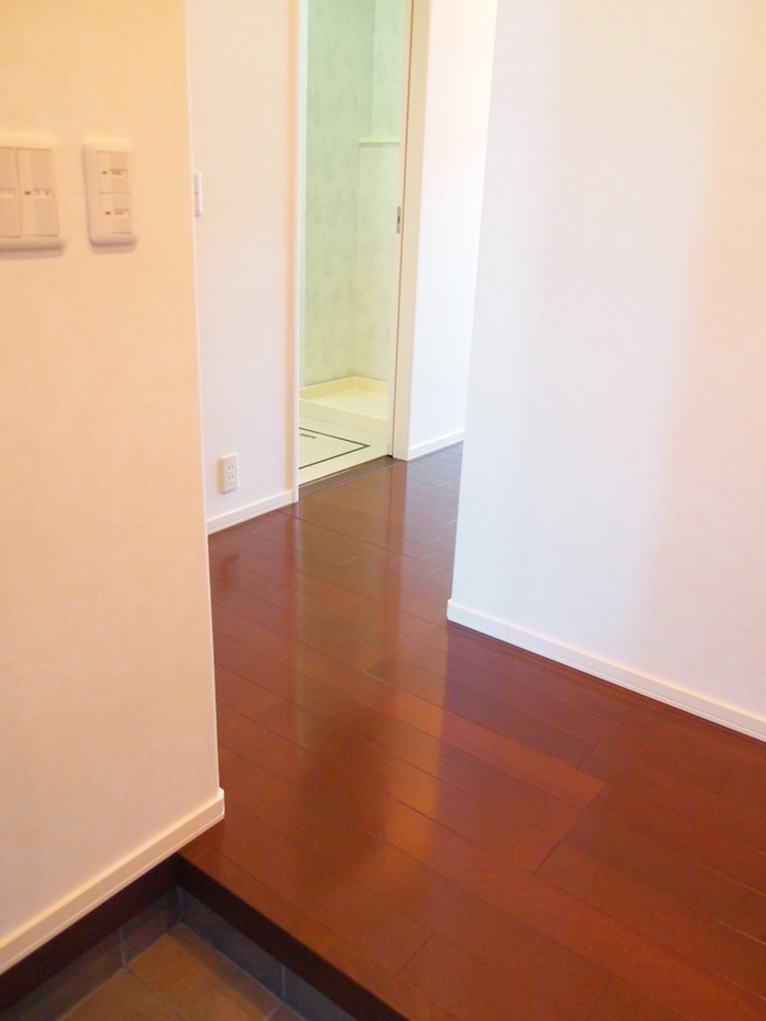 玄関からみた風景です。廊下の色合いも落ち着いています。
